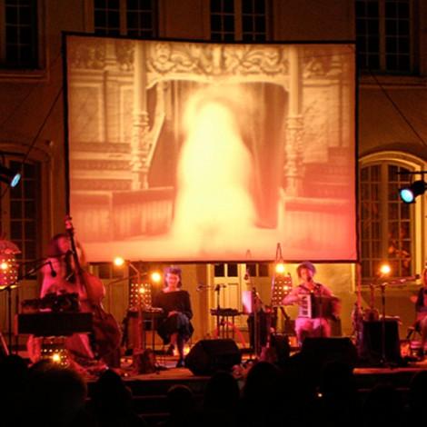 """- Les Martines à la plage, Dimitri Bessière, <a style='display:inline' target='_blank' href=""""http://m.cinemaniak.e-monsite.com/?version=mobile"""" target=""""_blank"""">Cinémaniak</a>, mis en scène par <a style='display:inline' target='_blank' href=""""http://www.sebastien.bergery.com"""" target=""""_blank"""">Sébastien Bergery</a>"""